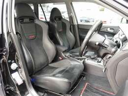 運転席、助手席シートは専用RECAROハーフレザーバケットシートを装備。切れなども御座いません。ご遠方のお客様もご安心してご検討下さいませ。カスタム費用200万円以上かかった弊社一押しの一台となります