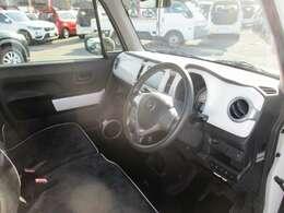 運転席側から見たインパネ。グレード:XG