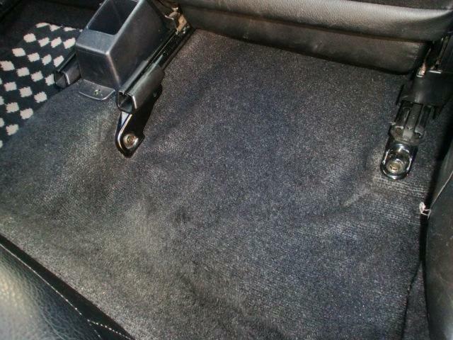 足元マットをすれば隠れてしまうフロアカーペットですが気持ちよく乗っていただく為にはここも重要なポイントですよね!納車前にはカービューティープロによるスチーム洗浄クリーニングを施工いたします!