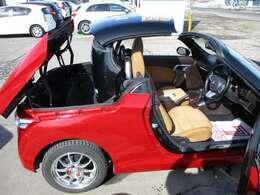 ルーフの開閉はボタン一つ!リヤトランクに電動格納されます。