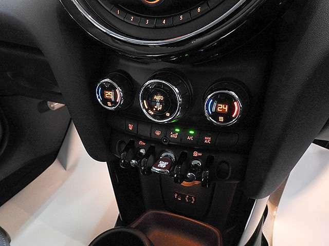 2ゾーンオートエアコン。運転席と助手席で温度調整可能。