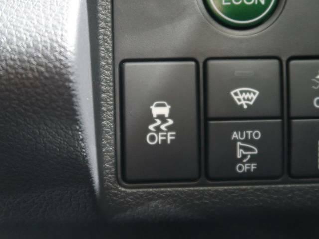 【横滑り防止装置】車両の横滑りを感知すると、自動的に車両の進行方向を保つように車両を制御します。雨の日など滑りやすい路面状況でも安全な運転が可能です。