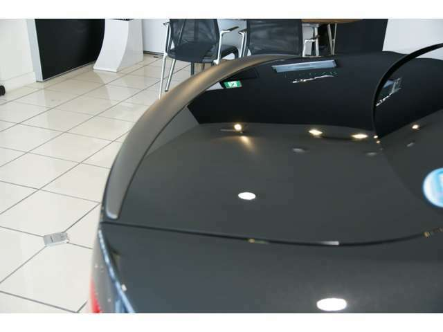 サテングレーのトランクスポイラーは限定車の特別装備です。