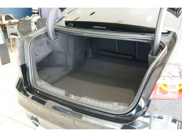 トランクリッドはオプションの電動開閉システムが装備されます。