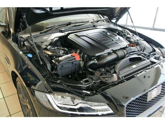 その心臓には300馬力のターボチャージドエンジンが収まっています。注目はその馬力だけではなく、この重量でパワーを実現しているところなのです。車両重量1780kg(カタログ値)