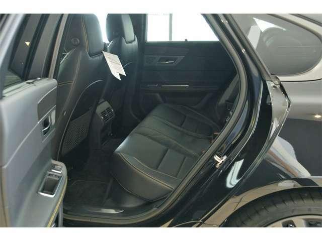 リヤシートには電動サンブラインドが装備されます。
