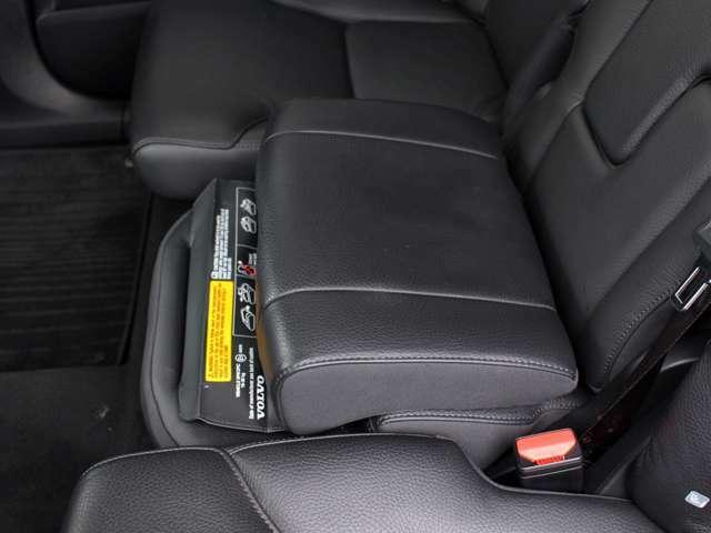 インテグレーテッド・チャイルド・クッションは座面を上昇させることにより、お子様が座った際にシートべルトが適切な位置になるように調整できます。前方へスライドし、フロントシートに近づけることもできます。