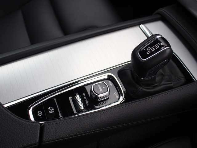 アイシン製8速AT+AWD+2リッターターボエンジンで様々なシチュエーションに対応します。
