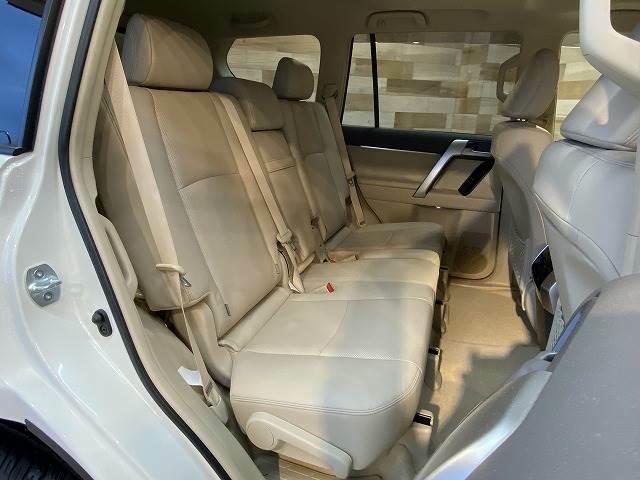 セカンドシートは大人が2人乗っても十分なスペースが確保されております。チャイルドシートの設置も可能です。