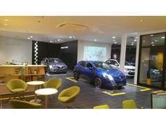 ◆シックな色調の落ち着いた雰囲気の店内です。キッズコーナーも完備していますので、ごゆっくり車選びをお楽しみ下さい。