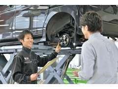 車検・整備は熟練のスタッフが対応!ご質問などあれば丁寧にお答え致します。愛車のドレスアップなどもご相談ください。