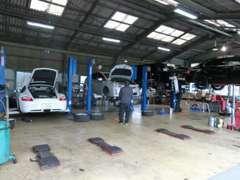 工場内には7基のリフトを完備、国家資格を有する整備士が迅速・的確にメンテナンスを行います。
