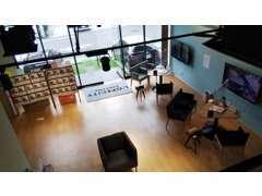店内はカフェのような落ち着いた雰囲気に包まれ、リラックスした状態で過ごすことができます!是非一度お気軽にお越しください!