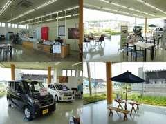開放的で広々とした店内でごゆっくりお寛ぎ下さい♪店内にもお車を展示しておりますので雨の日でも大丈夫です(*^▽^*)