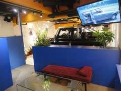天井モニターには車の歴史のDVDなどを流しております。またParisからの小物やキーホルダーもご用意致しております。
