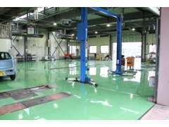 綺麗な工場でお客様の車検、点検、オイル交換などを行います。