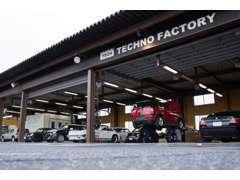 店舗にはショールーム、整備&板金工場が併設されています。