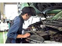 土日祝日も車検が受けれる指定工場完備!整備士が愛車を見ながら説明し、その場でお待ち頂いて完了する立ち合い車検です。
