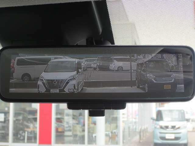 インテリジェントルームミラー搭載で、車の後方に設置されたカメラ映像を映し出してシートバックやヘッドレスト、同乗者に視界が遮られることがなく視認性が非常に良いです