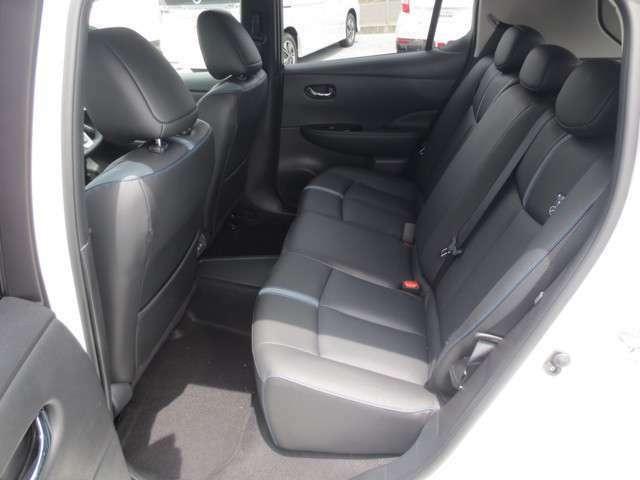 後部座席も広々。リチウムイオンバッテリーを床下に配することで、サイズを変えずに膝元のスペースを確保。重量バランスの良さが思い通りの走りと室内の広さを実現しました。