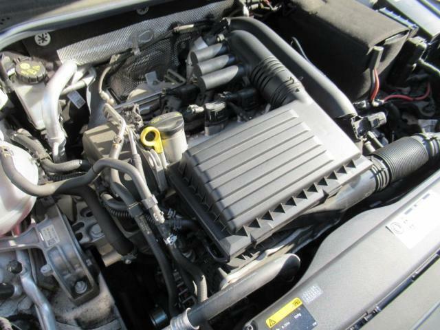 (エンジンルーム)TSIならではの低速トルクを重視したエンジンですので、アクセルを軽く踏むだけで気持ちの良いスムースな加速を体感いただけます。