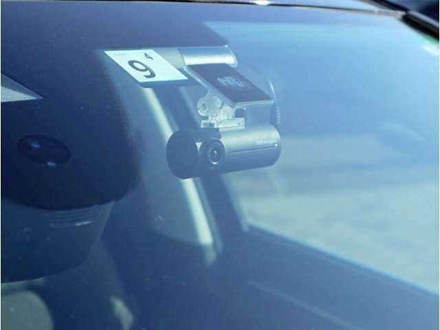 フロントに純正ドライブレコーダーが装着されております。