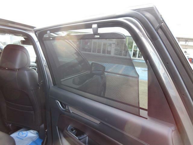 後席のドアにはサンシェードを装備。
