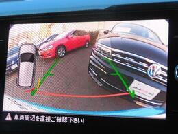 リヤビューモニター搭載。ギヤセレクターレバーをリバース(R)に入れると、リヤエンブレム内蔵カメラが後方の映像を映し出します。障害物の接近の度合を音の間隔とバー(白橙赤)でモニタリングします。