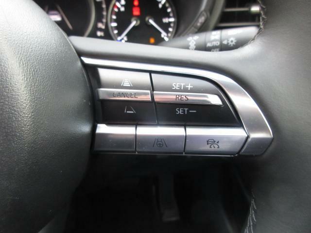 前走車両の速度に合せて、自車の速度を調整できる「MRCC(マツダレーダークルーズコントロール)」を装備しています。