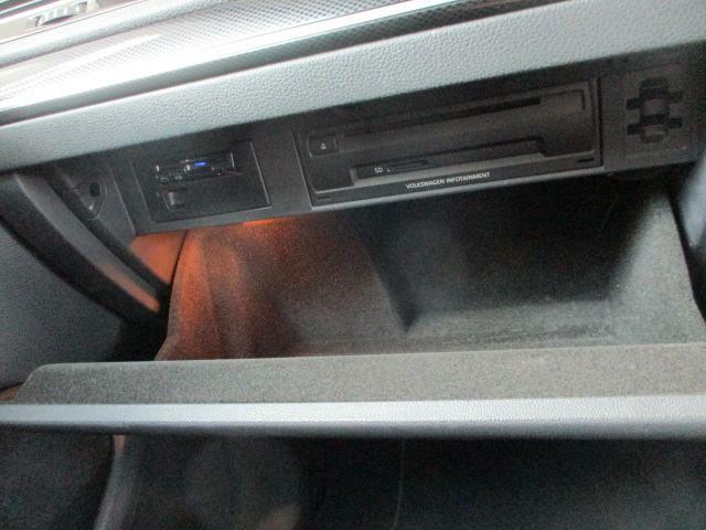 ETC車載器はグローブボックス内に付いています。オーディオはCD、DVD、SDカードで再生ができます。