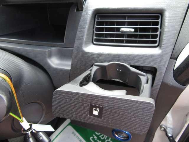 車の中で飲み物を飲むときに欠かせないドリンクホルダーも装備しております♪