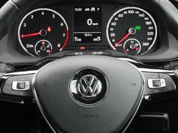 マルチファンクション ステアリングホイール。選局曲送り音量等オーディオ機能やハンズフリーフォン、マルチファンクションインジケーターの操作がステアリング内のボタンで安全にコントロールできます。