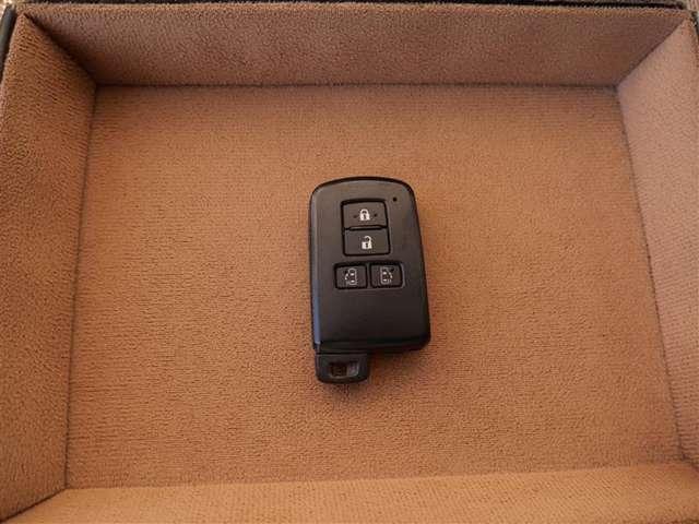 【スマートキー】スマートキーは今や標準装備のひとつです!カバンの中から鍵を探す手間もなくすぐに開閉できます!両手が荷物で塞がっている時や雨のときなど便利ですね!