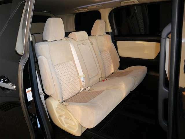 【セカンドシート】足元広々で、ゆったりとした後席ですね。 後席でノビノビ、リラックス快適な空間でドライブはいかがですか。