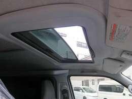 べバスト社の後付けサンルーフ装備!電動式です。窓が無いモデルの為、重宝しますね。