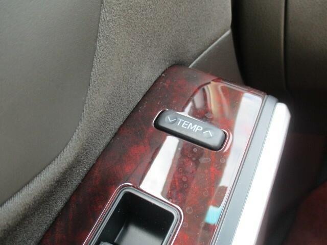 助手席側にもエアコンを操作するボタンがあります。