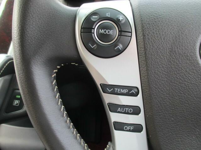 ステアリングスイッチを搭載。エアコンの温度調節や、オーディオ操作が出来ます。