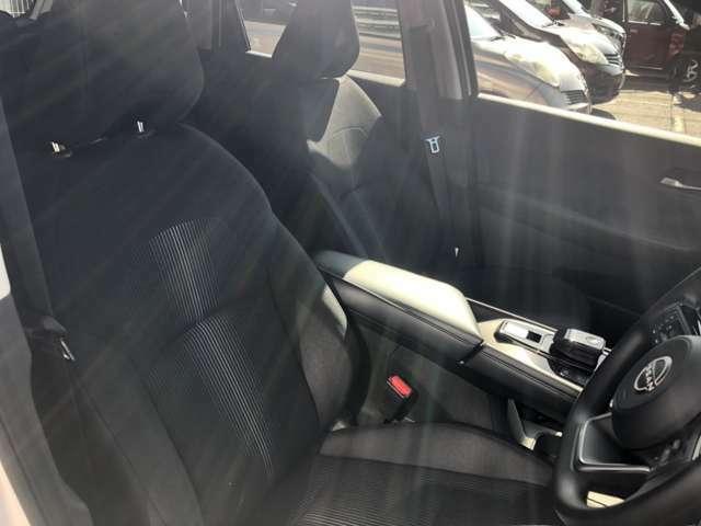 フロントシートは少し包まれる形状になっていて運転しやすいです。