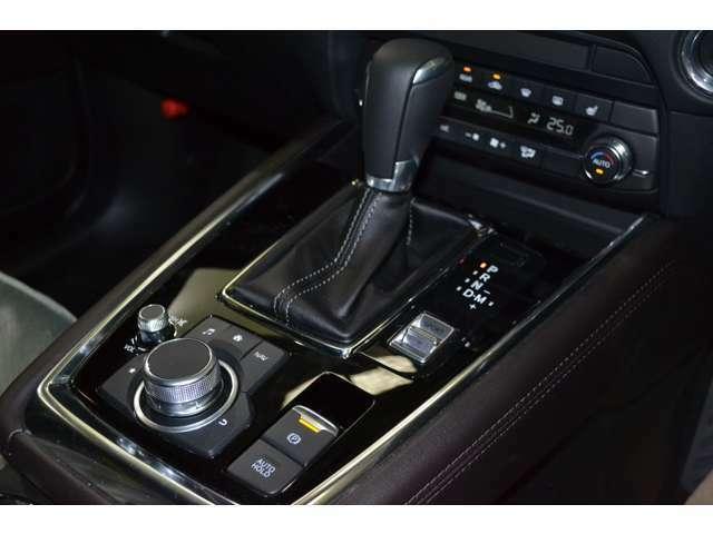オートホールド機能が採用されており停車時にブレーキペダルから足を離しても停車状態を維持できドライバーの負担を軽減でき、渋滞などでも役立ちます:)