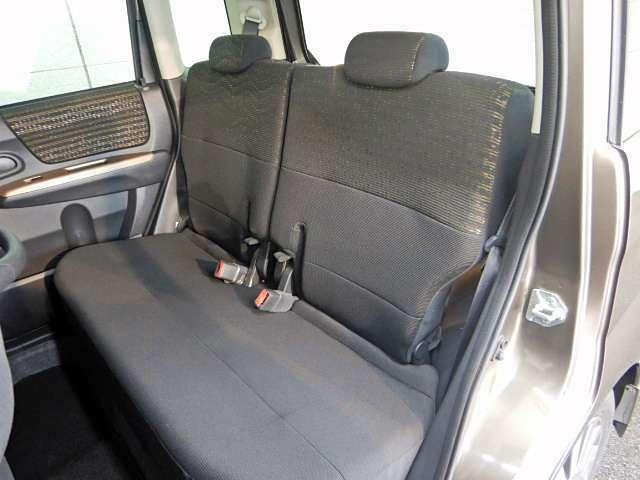 後席にも十分な空間が確保されており、成人男性でも足を組む余裕があります♪