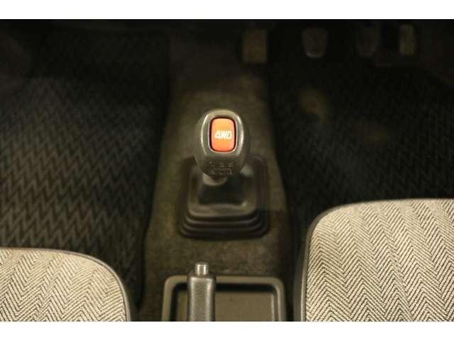 パートタイム4WDです。赤いスイッチを押すとFF⇔4WDが切り替わります。