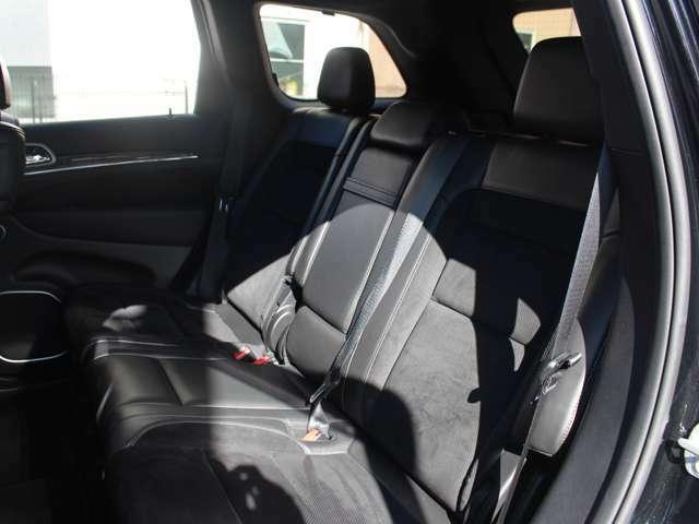 上級グレードSRT8には、セカンドシートにもシートヒーターが標準装備されております。ドアの内張りにもカーボンパーツやレザーが貼られ細部にこだわりをみせております。