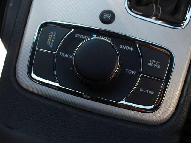 セレックトラックシステムが搭載されており、あらゆる路面状況に応じて「AUTO」「SPORT」「TOW」「TRACK」「SNOW」の5種類から走行モードを選択することで、走破性をより高めることができます。