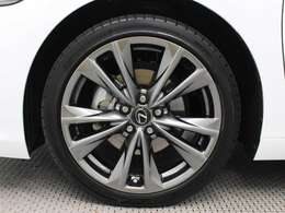 レクサス純正アルミホイールは精度が高く、走行の安定性が優れています。タイヤサイズは235/40R19です。