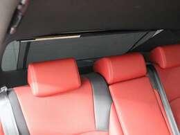 電動リヤウインドゥサンシェードを装備。背後からの直射日光を遮り、後席の快適性を確保。シフトレバーを「R」位置にいれると自動で収納されます。
