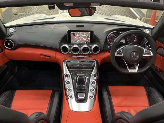 黒赤の配色がカッコイイ「AMGパフォーマンスシート」を装着◎3段階切替のシートヒーターとベンチレーターも用意され外気温を気にせずオープンドライブを楽しめる!レザーに赤ステッチが各所に配され芸が細かい◎
