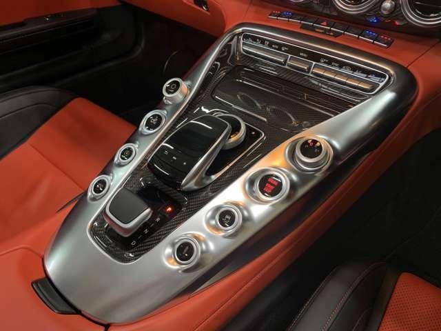 室内で強い存在感を示すセンターコンソールはV8エンジンがデザインのモチーフ◎シルバーと光沢のあるカーボンの組合せが高級感とカッコ良さを両立!!シフト操作はコマンドコントローラー下にコンパクトに収まる◎