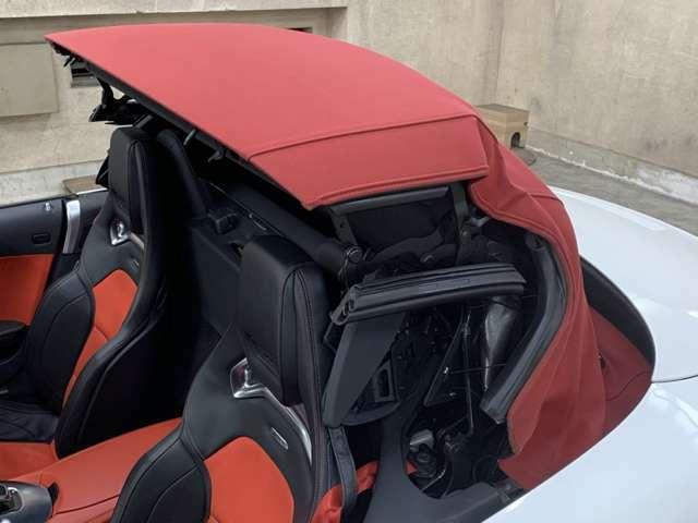 およそ11秒でソフトトップの開閉が可能でZ型にコンパクトに折り込まれる!風圧でバタつく事ナシ!レーンキープやサイドミラーにはブラインドスポットが備わり車線変更時に周囲の車を検知するなど安全装備も充実!