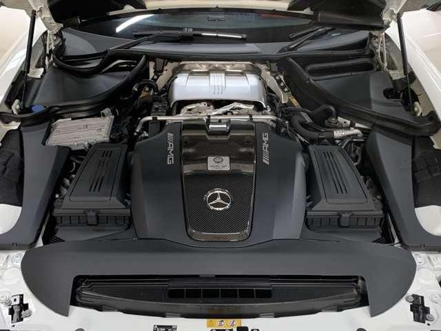 「One Man, One Engine.(ひとりのマイスターがひとつのエンジンを)」がAMGの主義◎エンジンには組み立てた熟練工の名が記されたプレートが貼られる!カーボンEGカバーはオプション装備◎