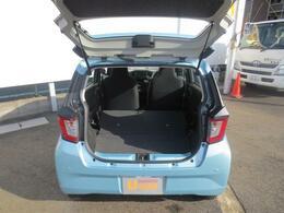 リヤシートを倒すと、さらに荷室が広がります☆一体型リヤシートなので、簡単に折り畳むことができますよ♪